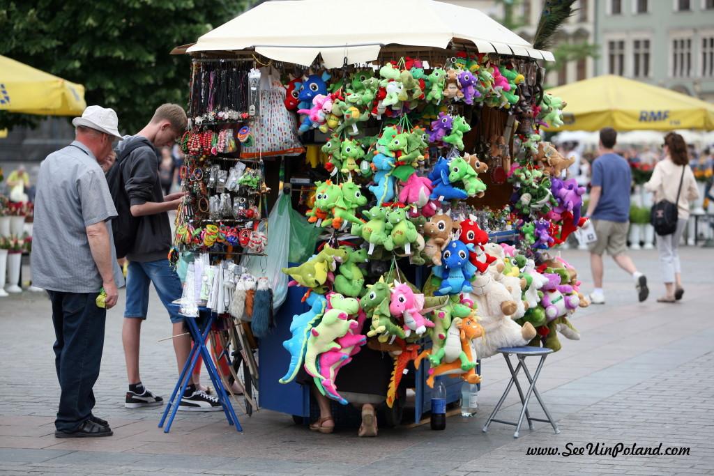 Krakowski Rynek to raj dla poszukiwaczy cennych i gustownych pamiątek z Polski.