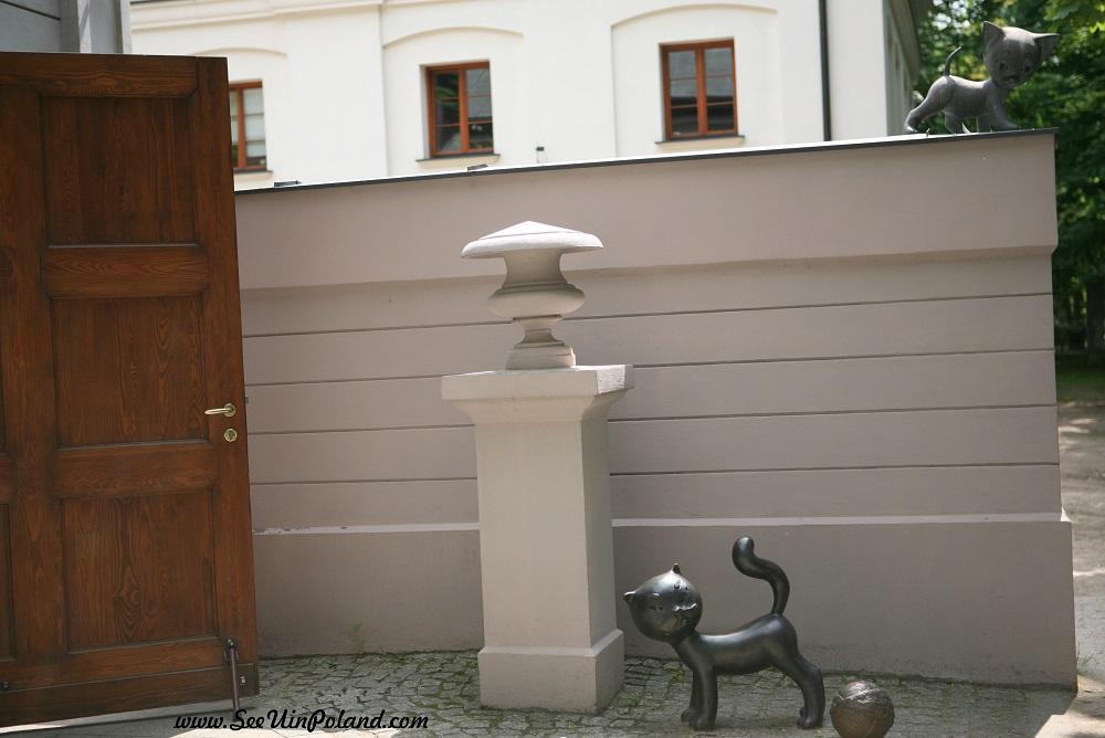 Filemon przed Muzeum Kinematografii pomniczki